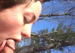 Hippie panienki ssie drewno w lesie