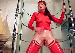 Tante girang red menyodorkan dildo di memeknya saat mandi