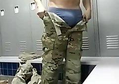 Str8 soldado jugar en la sala de armario