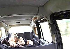 Twee grote geile passagiers lesbische seks in de achterbank
