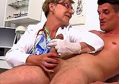 Dr。アントニアは巨大な見方で自制心を失う