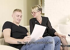 Tutor4k。男は先生に来て彼女の足を結ぶ