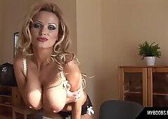 ストッキングとハイヒールのホットな秘書はセクシーなオフィスでオルガスムを取得します