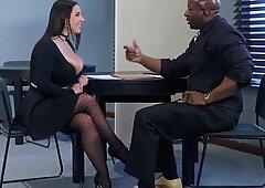 センセーショナルな若い売春婦ベビーシッターが義理の兄弟から共有される大きな黒人コック