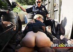 警官は、孤独な路地でアーティストに彼らの刺激したおまんこを強打させます
