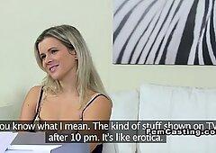 Blonde lesbienne amateur eet vrouwelijke agent op casting