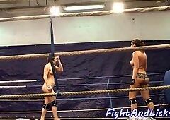 ボクシングのリングでbigtitレズビアンレスリング