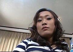 日本人のポルノ族は大人のいたずらを愛する。彼女は一度に2人の人を犯した。
