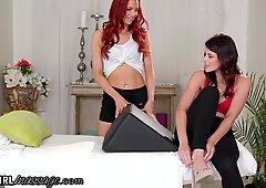Allgirlmassage赤毛はボルスターのために友だちを誘惑します