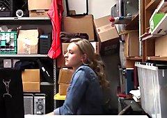 Oficina garganta profunda y follando con ladrona jovencita