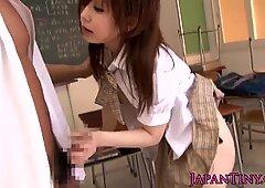 教室で小柄なアジア人女子高生犯す