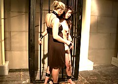 カシャ・ノビリは淫乱な女の服を脱ぐ