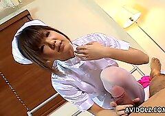 甘い美しい看護婦葉山理香は彼女の患者に手コキを与えます