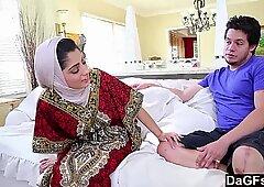 Dagfs - arabska damy Nadia Ali smakuje mleczną męskością