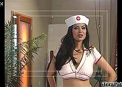 Buxom pielęgniarki Spyder Jonez daje solidnego lodzikowi grube gorącej pały