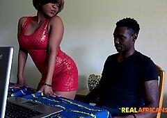 テーブルの上で犯された大きなケツアフリカ人
