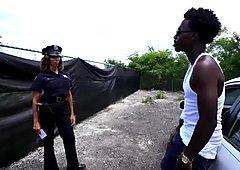 2人の美しく見栄えのある警察官がbbcで侵入する