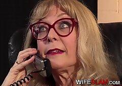 Młoda asystentka w biurze zerżnięta przez żonę hotwife Ninę Hartley