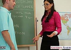ちっちゃなおっぱいのある先生インディアナファック彼女の若い学生