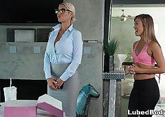 Inspektor hiszpanki odwiedza brudne masaże SPA - Bridgette B i Miłość Chrześcijańską