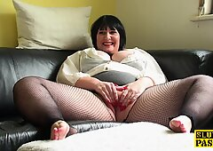 ラウンドイギリスは網タイツで彼女のカニーをフリッグします