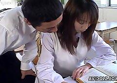 キュート日本人学生愛夢美は彼女の教師に誘惑される