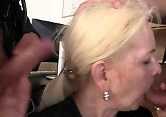 非常に古いブロンドおばあちゃん騎乗位と吸う